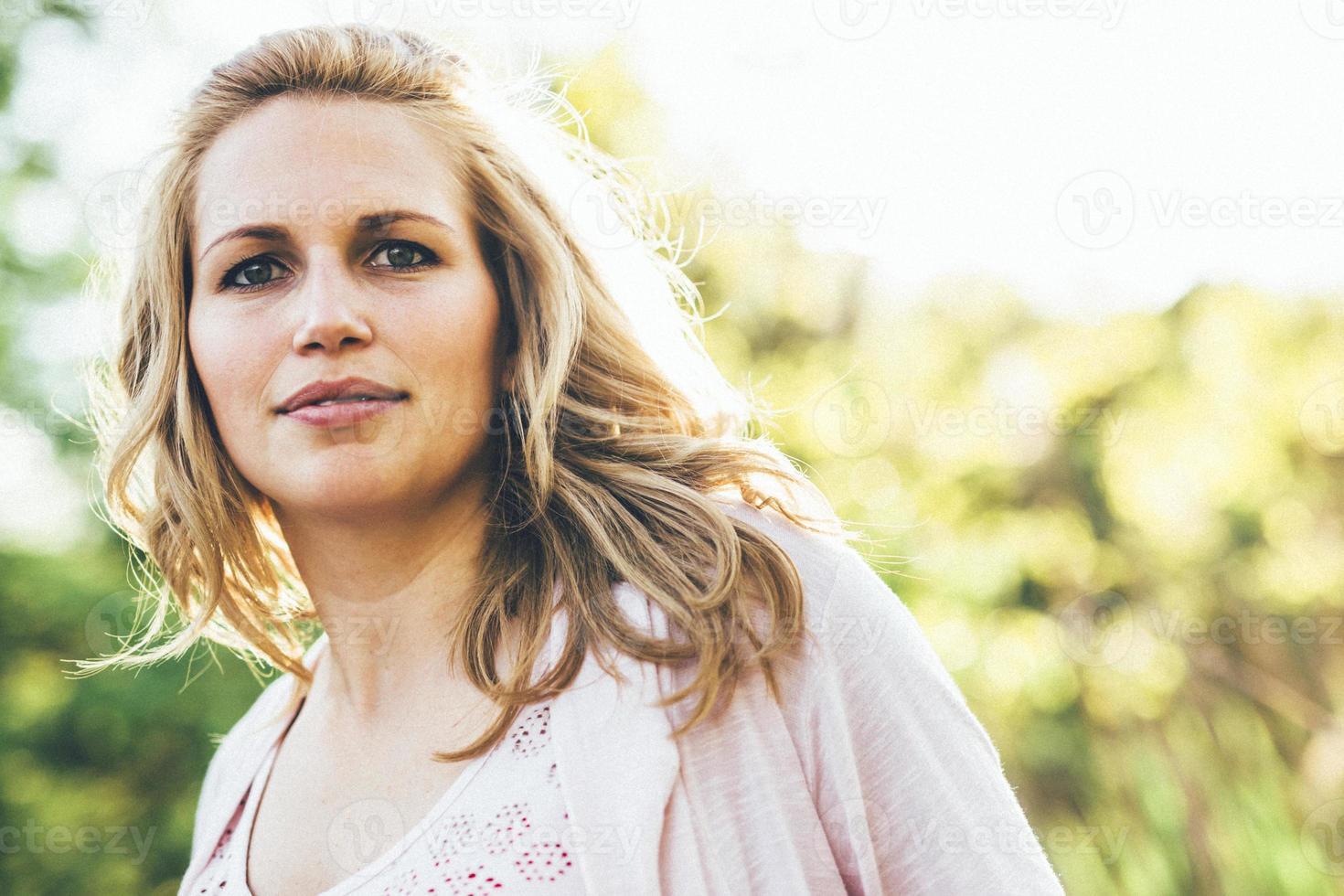 vacker ung kvinna som ler utomhus under sommaren foto