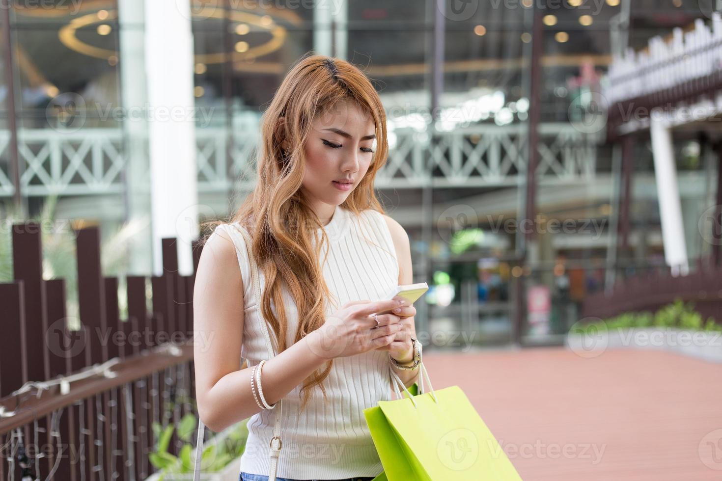 vacker kvinna använda mobil foto