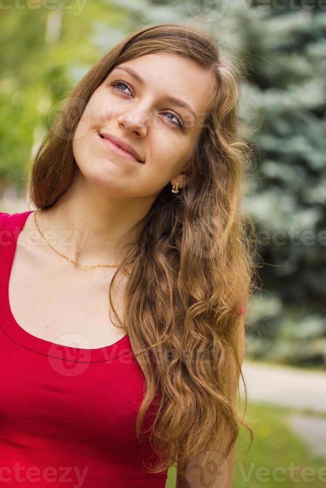 glad ung flicka foto
