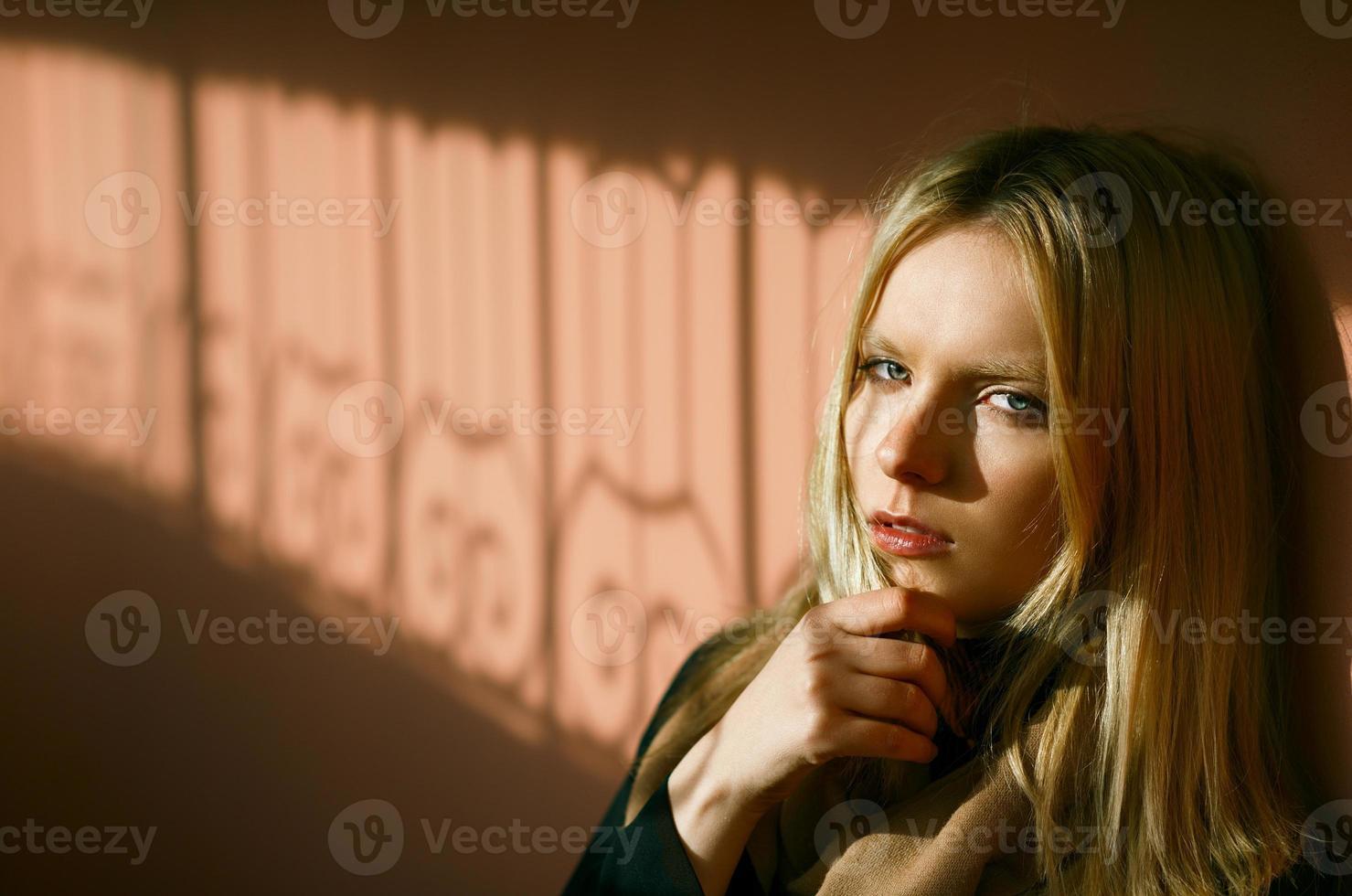 porträtt av vacker flicka i skuggan foto