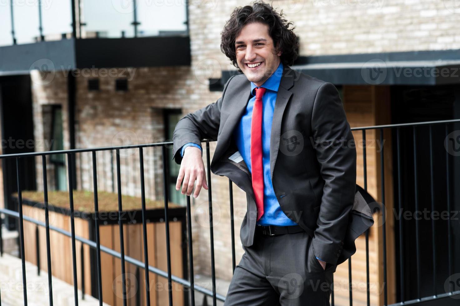 smart manlig professionell som poserar avslappnad, utomhus foto