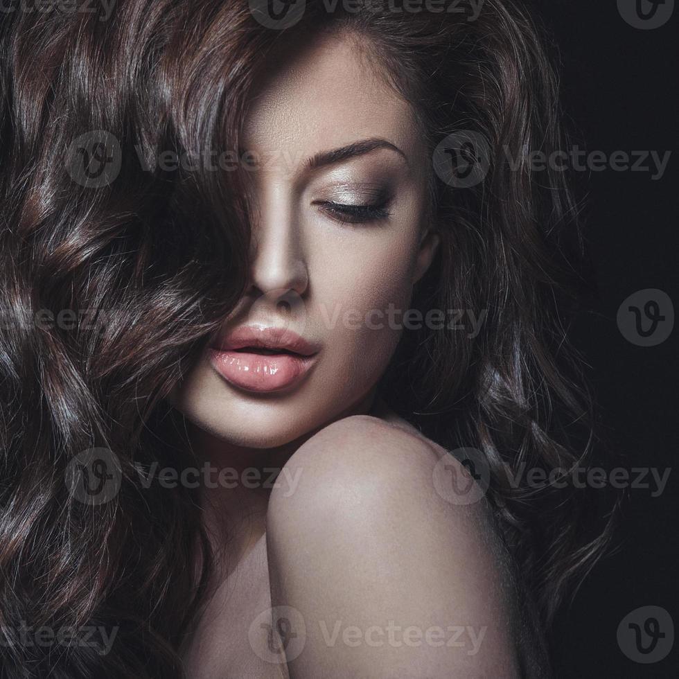 studio skönhet porträtt av ung kvinna foto