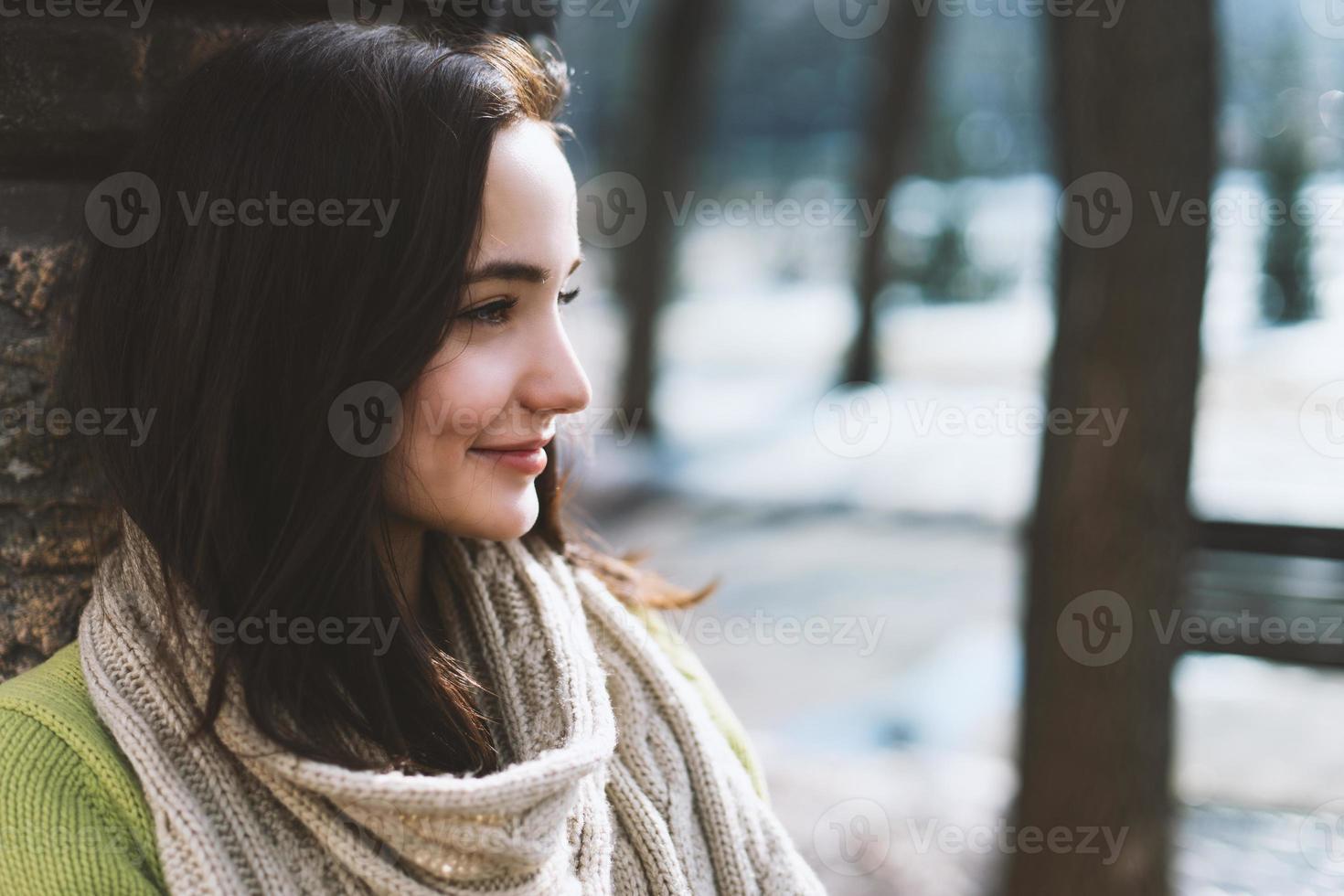 vacker modern kvinna med långt brunt hår foto
