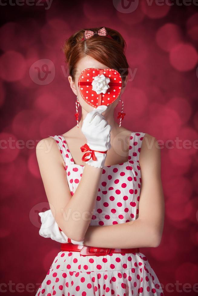 vackra rödhåriga kvinnor med gåva. foto