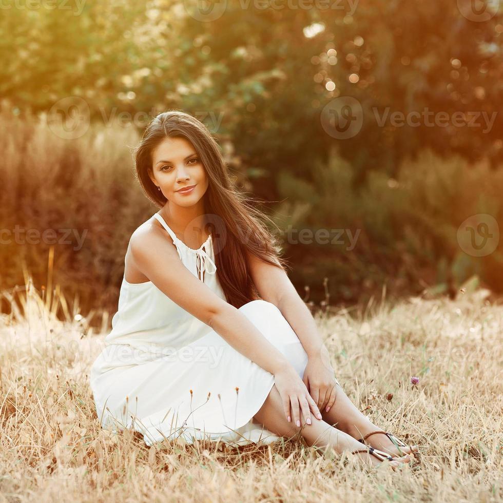 porträtt av vacker flicka i fältet foto