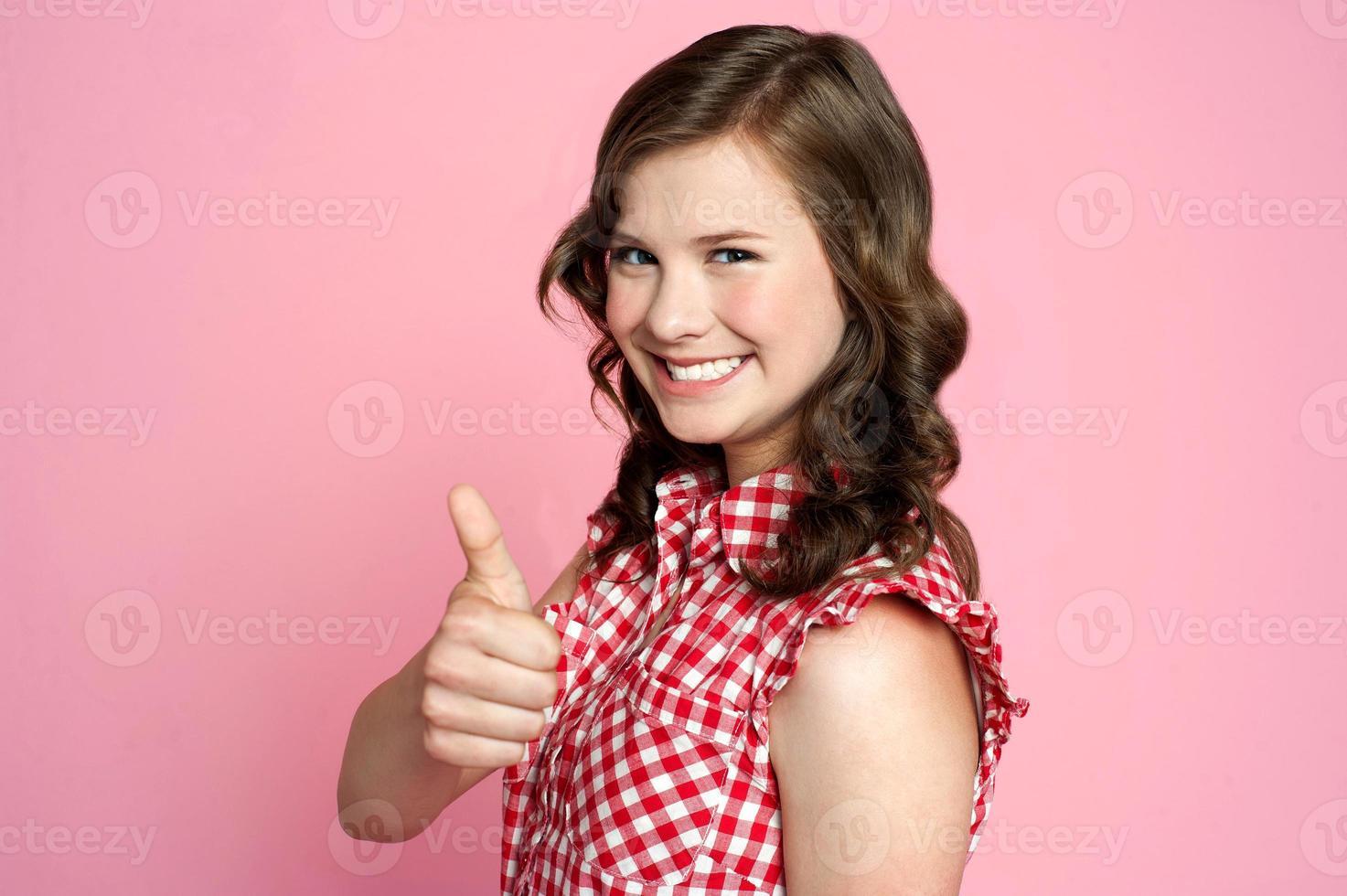 vacker leende flicka med ok gest foto