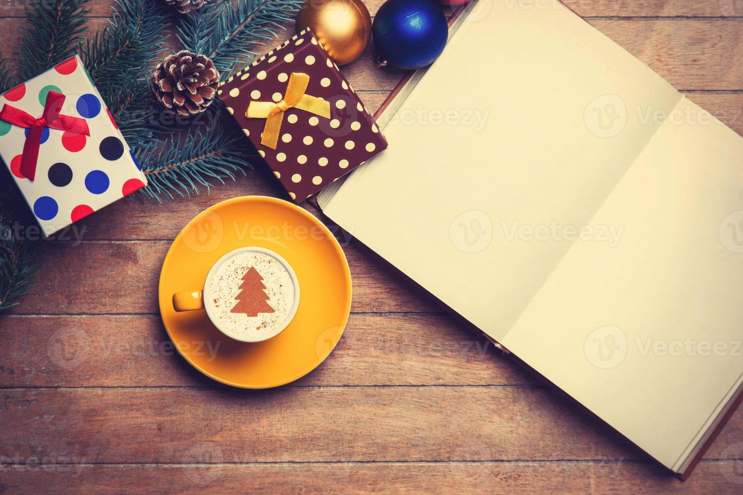 cappuccino och öppnad bok foto