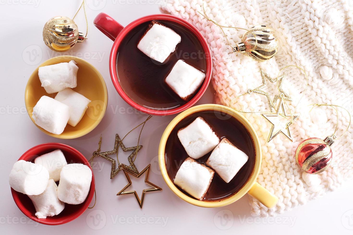 varm chokladrink med firande dekorationer foto
