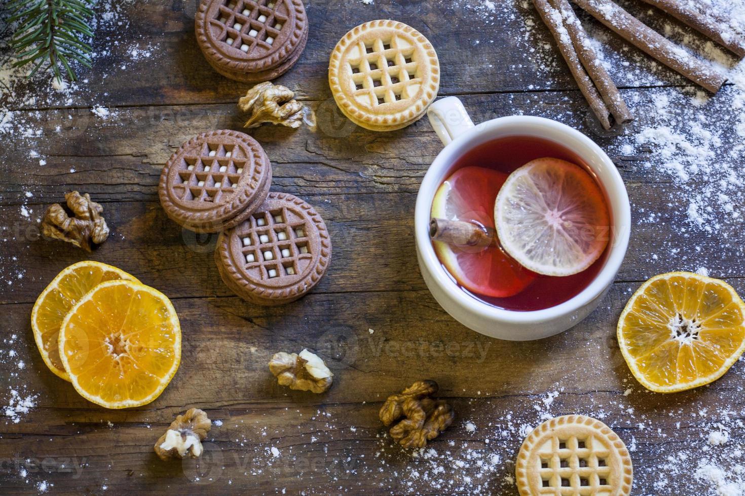 te, mandariner och kakor i juldekor foto