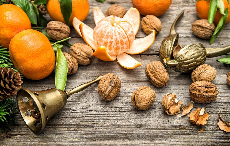 mandarin apelsiner, valnötter och grenar för julgranar foto