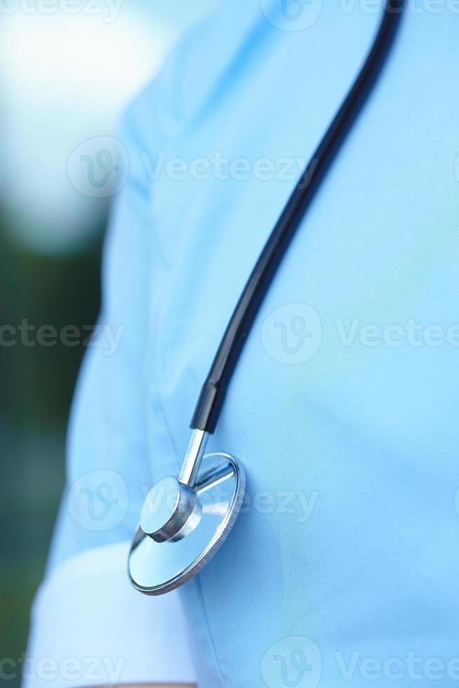 kvinna läkare med stetoskop foto