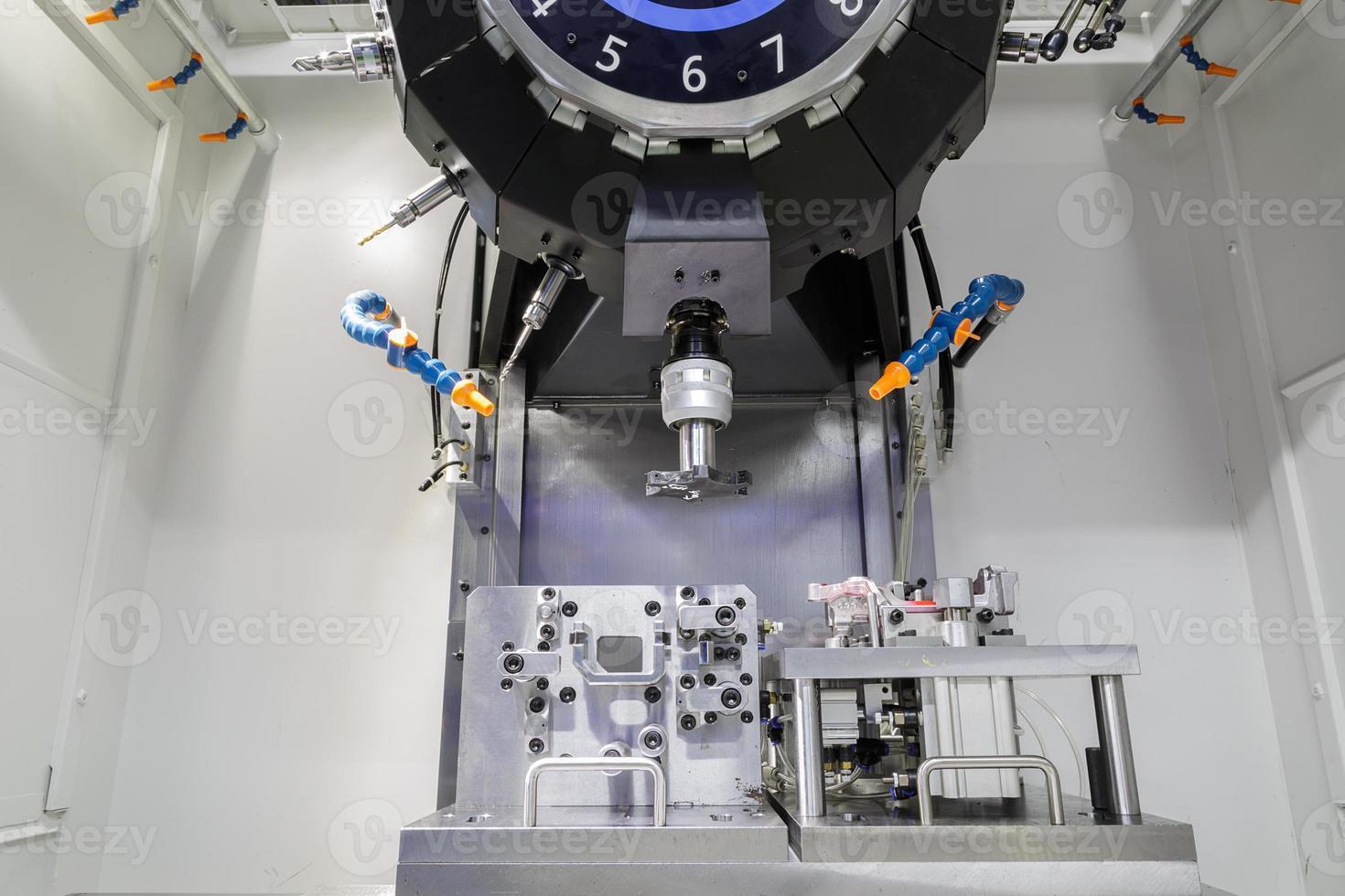 industriell metallbearbetning skärprocess av bildelar med verktyg foto