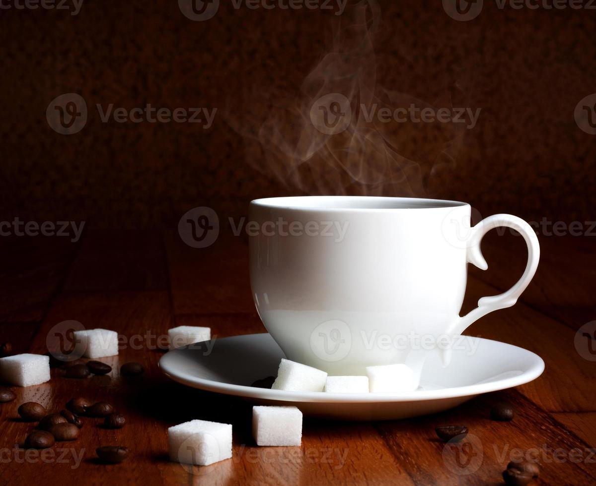 färsk kopp varmt kaffe med socker och naturliga korn foto