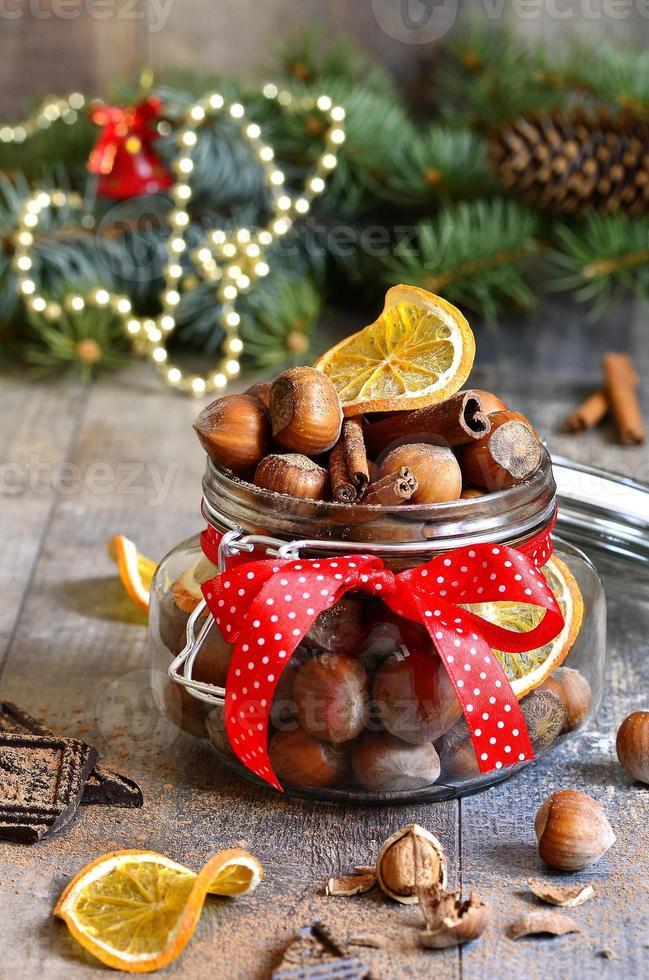 hasselnötter och julkryddor. foto