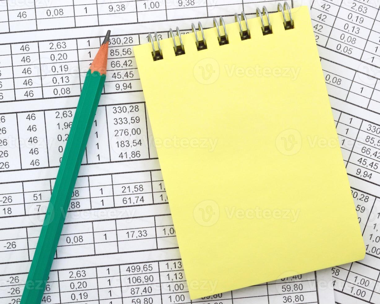 anteckningsbok på bakgrunden av siffror foto