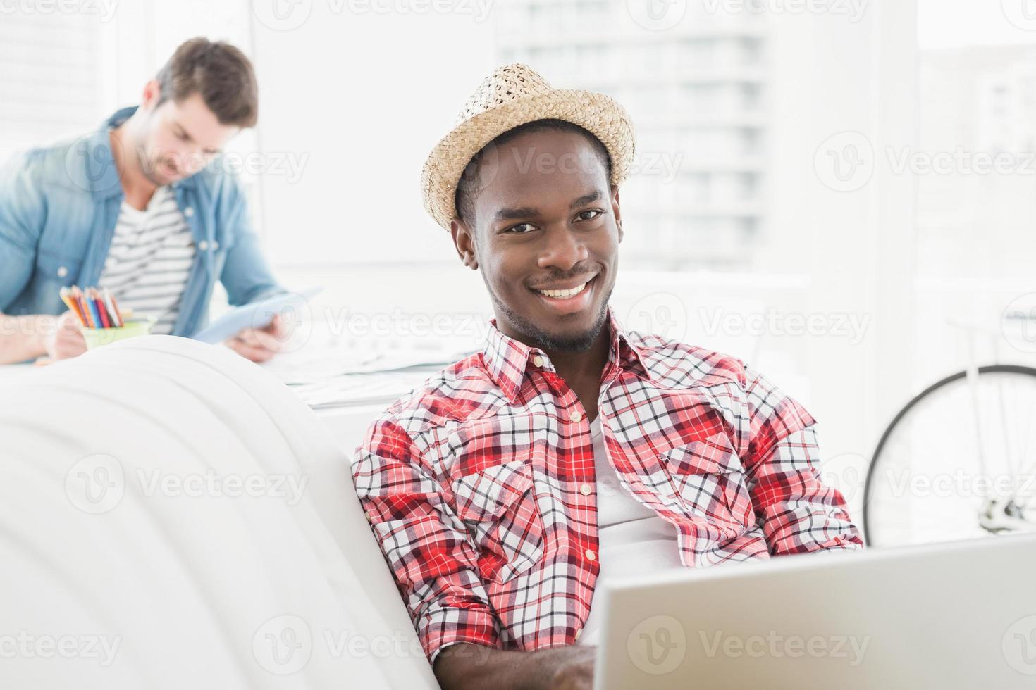 affärsman som använder laptop och tittar på kameran foto