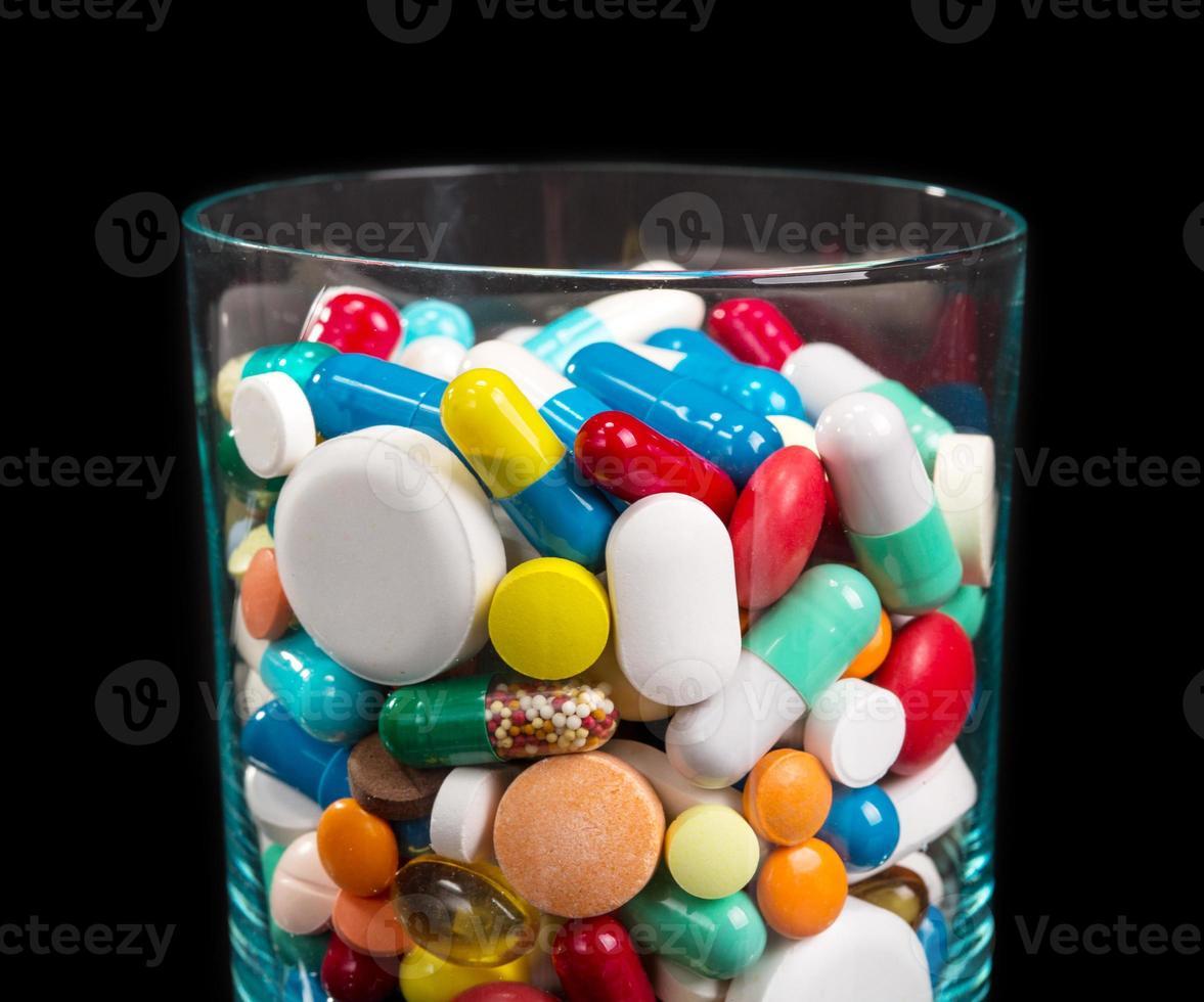 hög med piller i glas foto