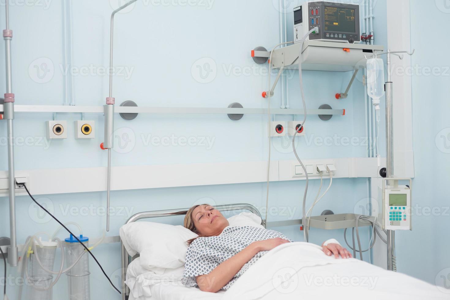 kvinnlig patient som ligger på en säng foto