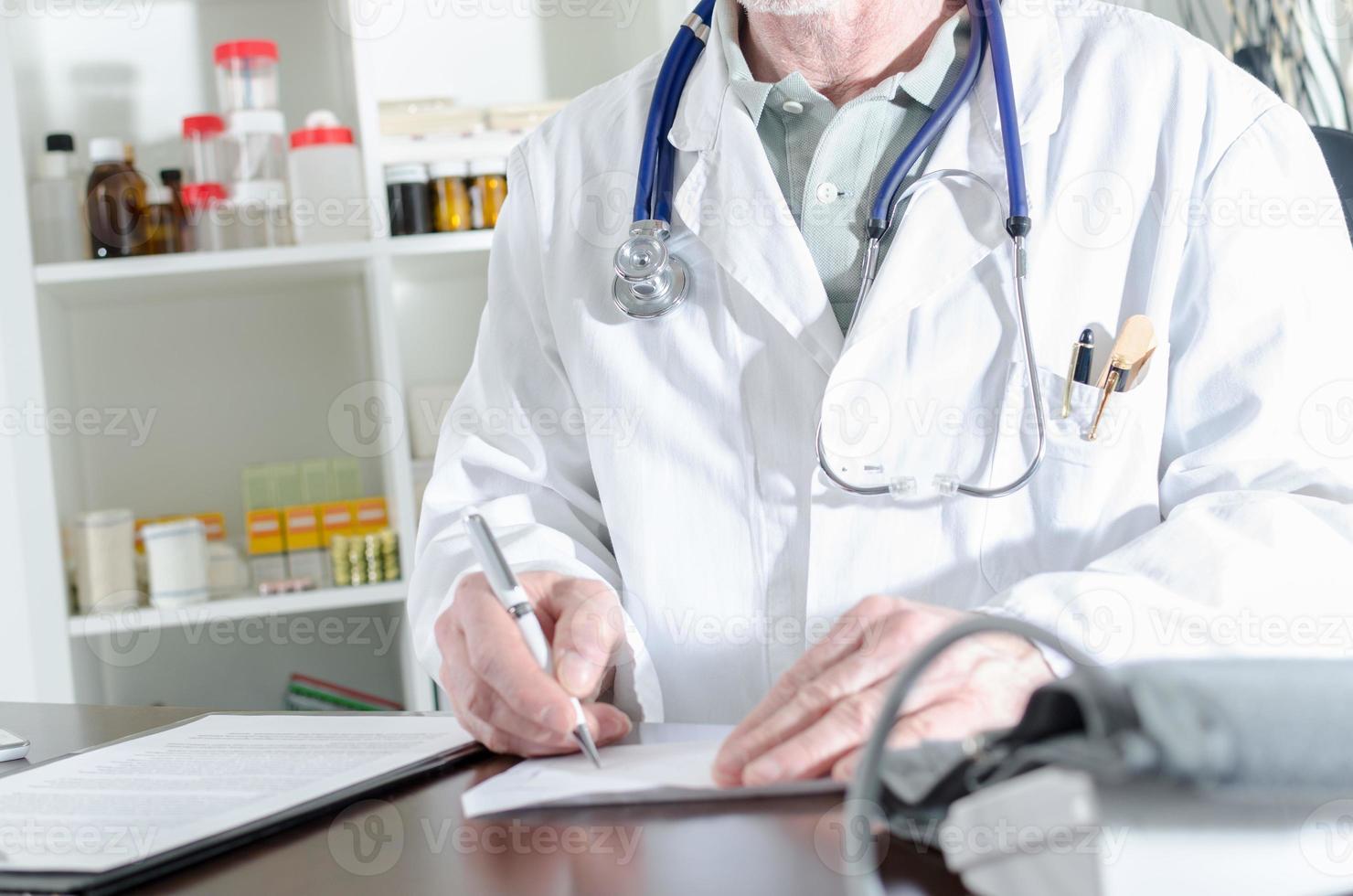 läkare skriver ett recept foto