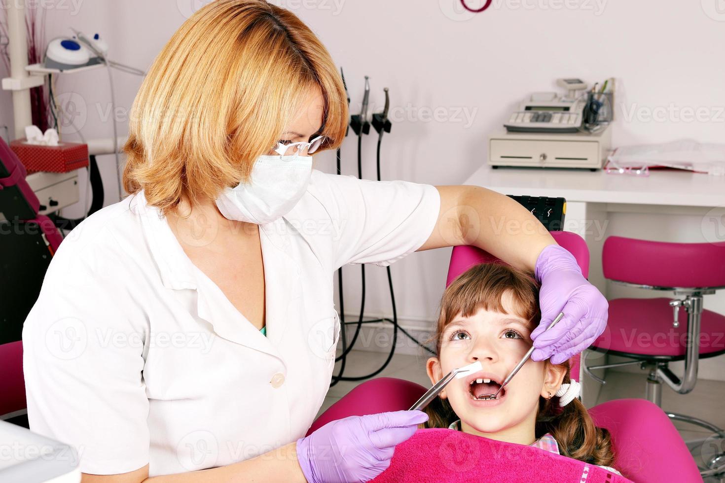 tandläkare och liten flicka patient foto