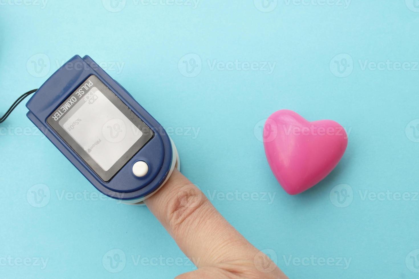 pulsoximetersensor och finger foto