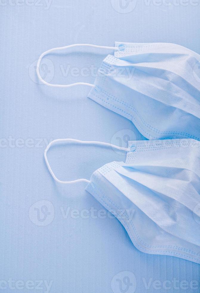 engångs ansiktsmasker på medicinskt begrepp för blå bakgrund foto