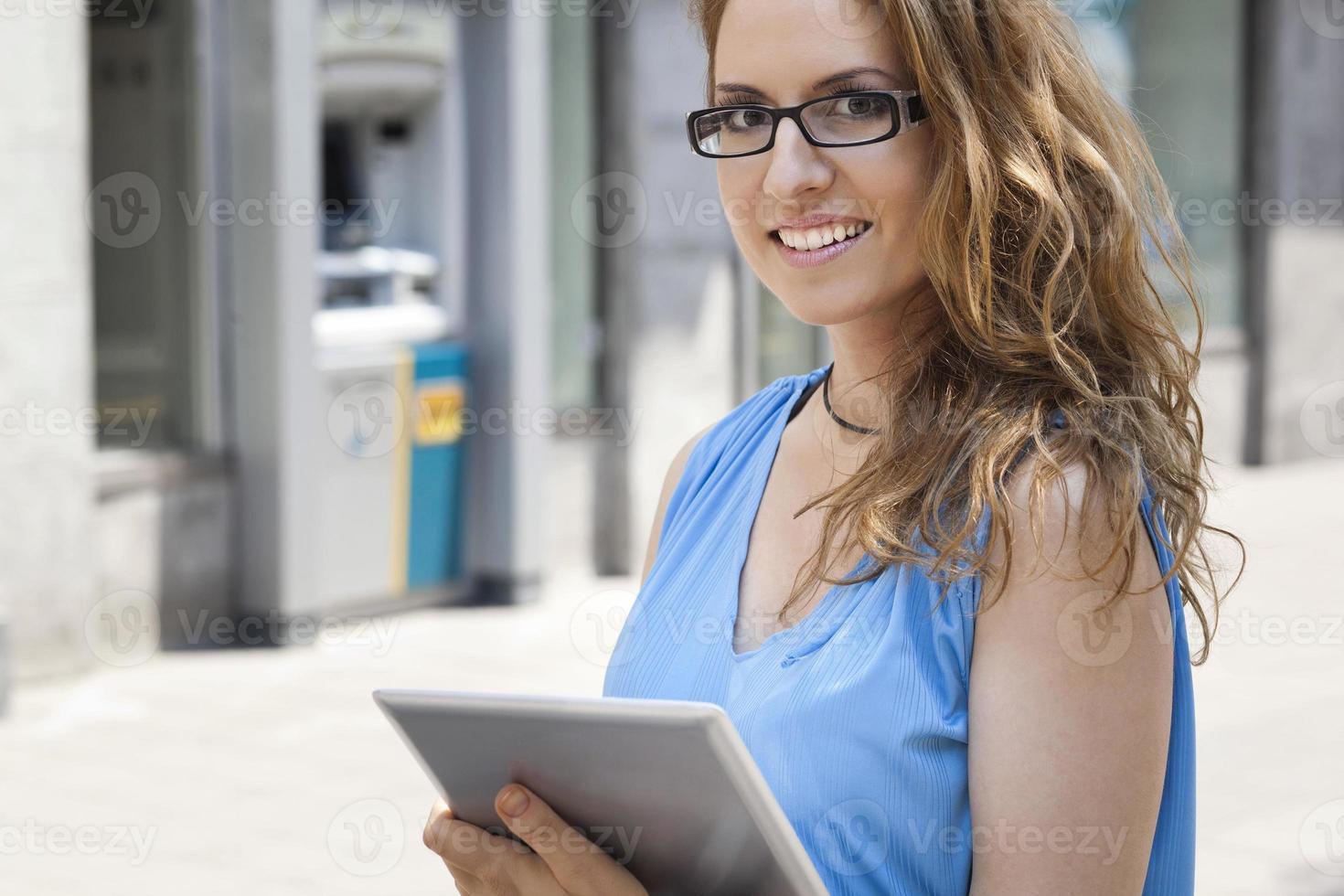 digital surfplatta och vacker affärskvinna foto