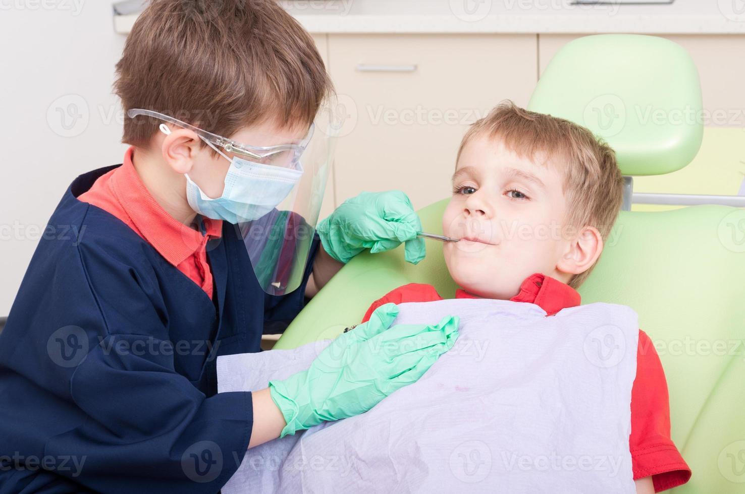 barn som agerar som läkare och patient foto