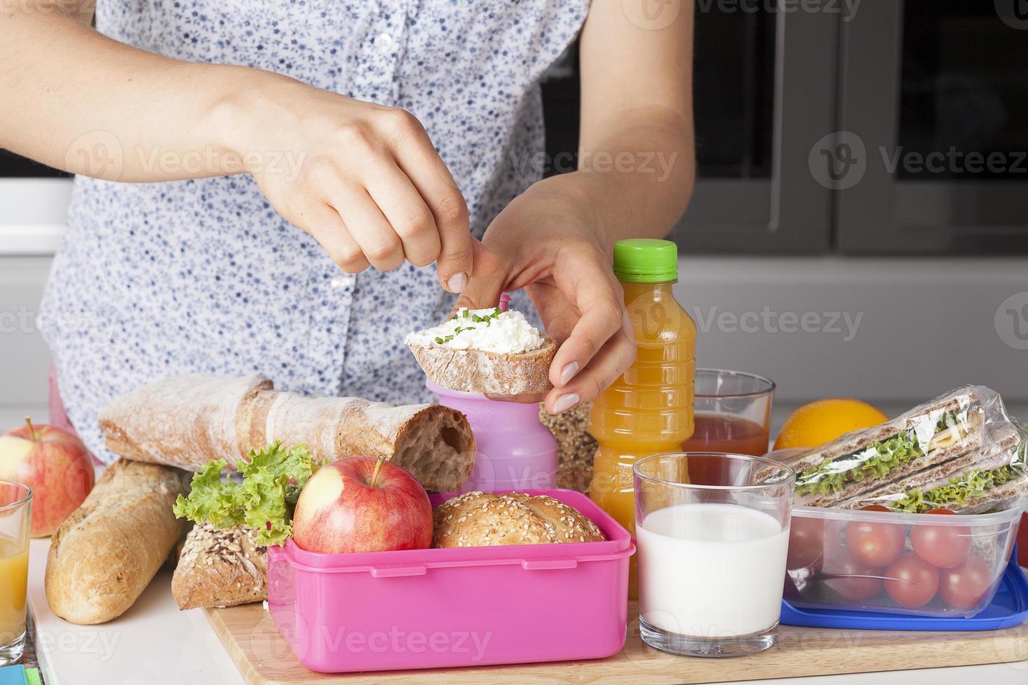 mamma med liten smörgås foto