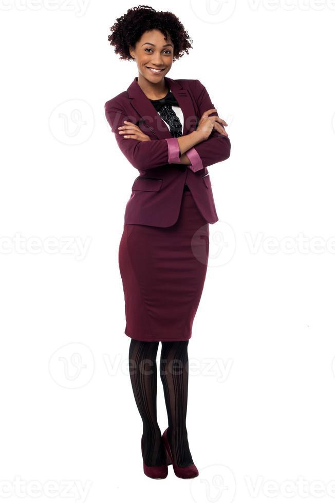 säker företagskvinna med vikta armar foto