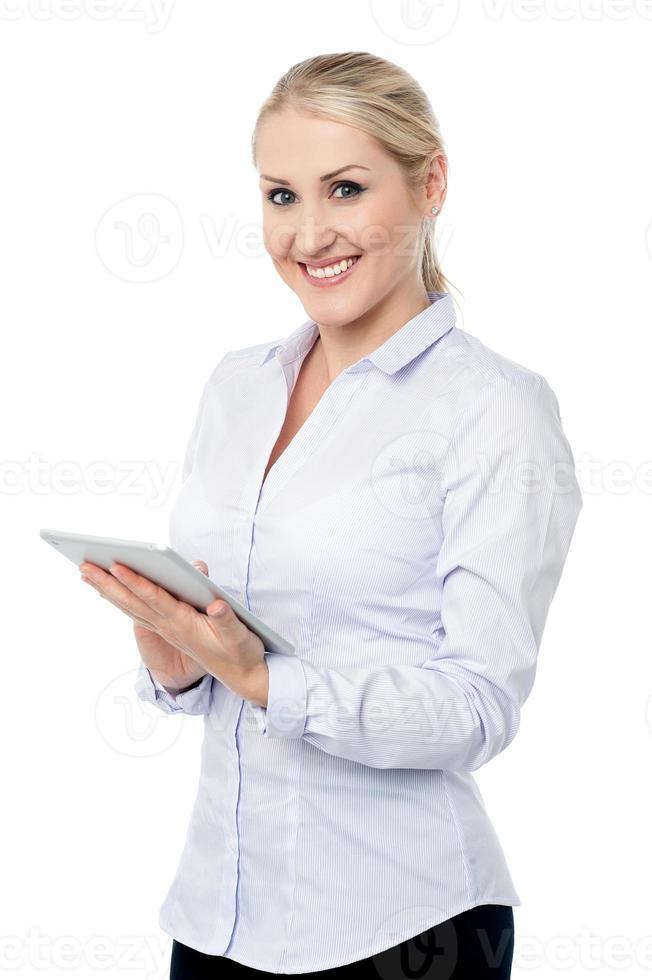 attraktiv företagsdam med pekplatta foto