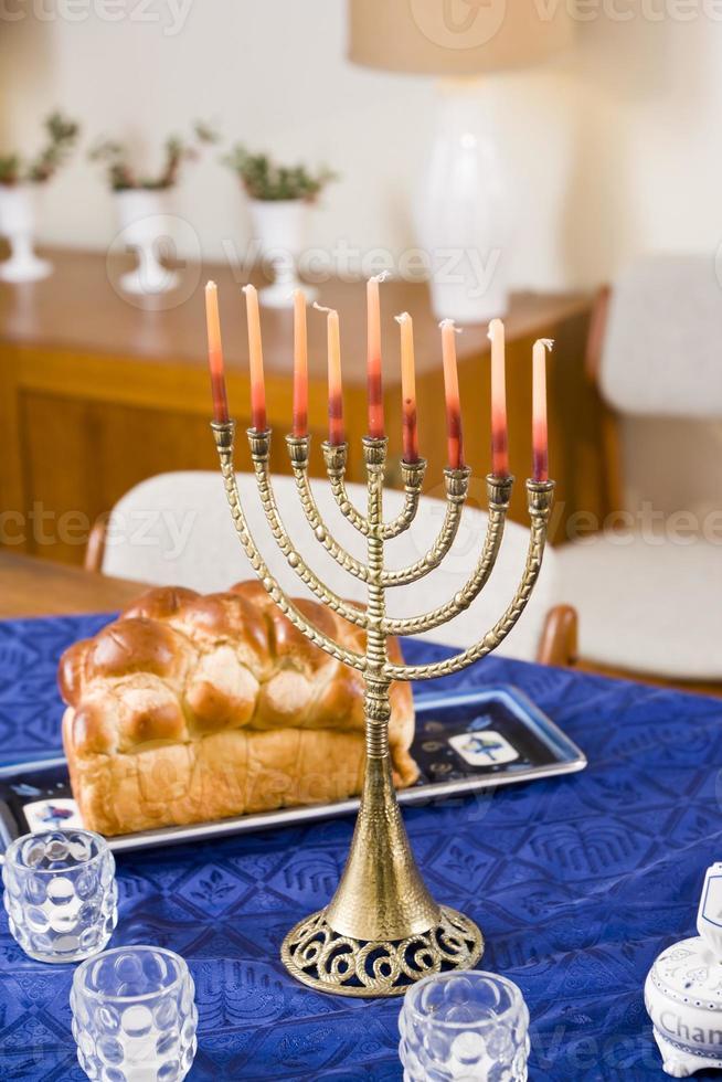 chanukah menorah på bordet foto