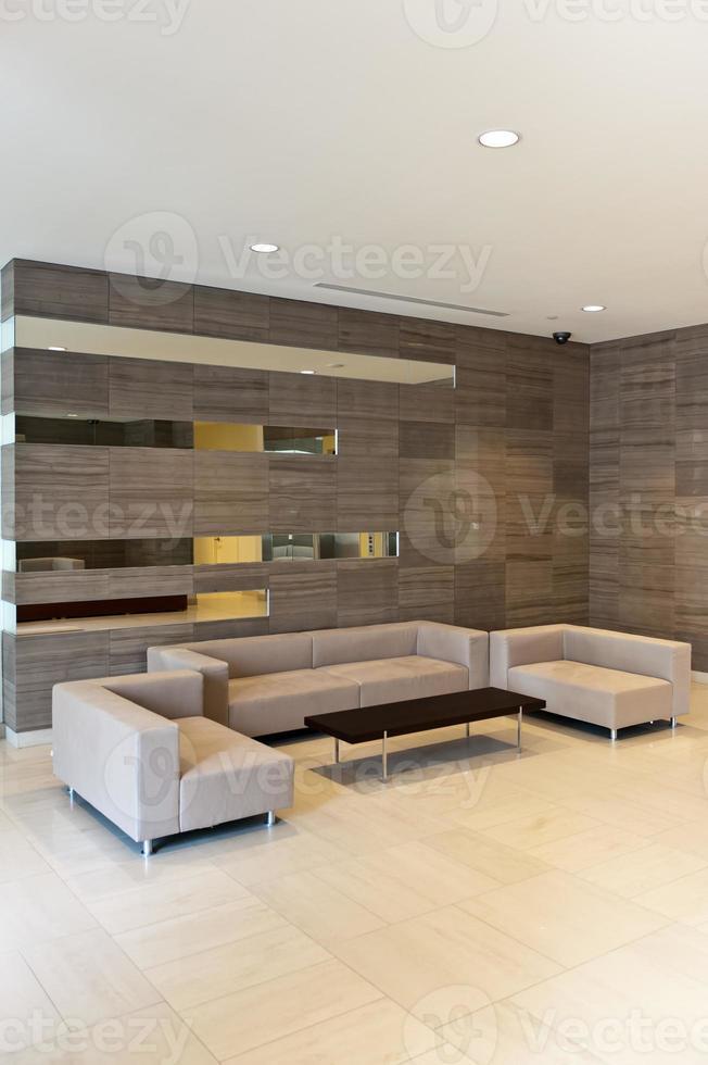 en modern lobby i en företagsbyggnad foto