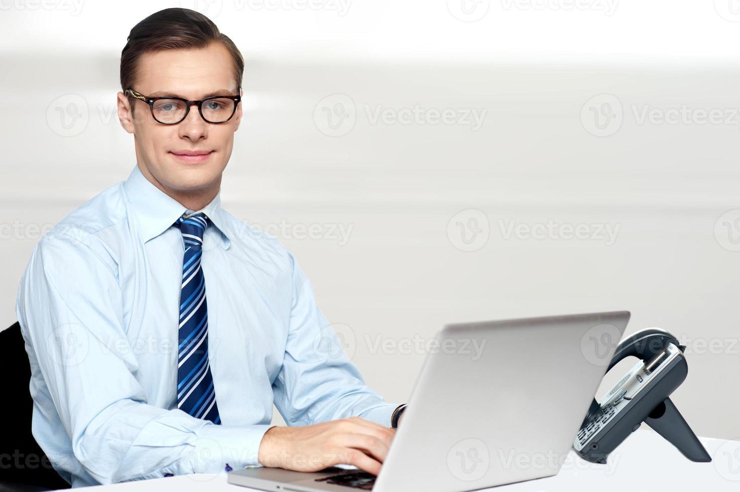 stilig företags manlig koppling på bärbar dator foto