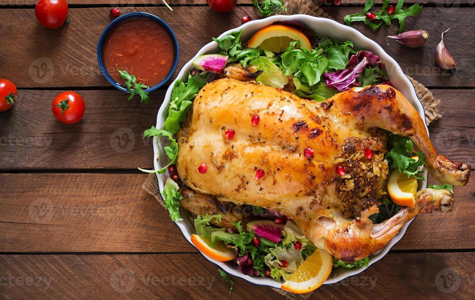 bakad kyckling fylld med ris till julmiddagen foto