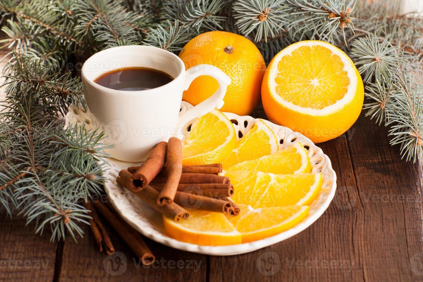 julbakgrund med apelsiner, kaffe och kanelstänger foto