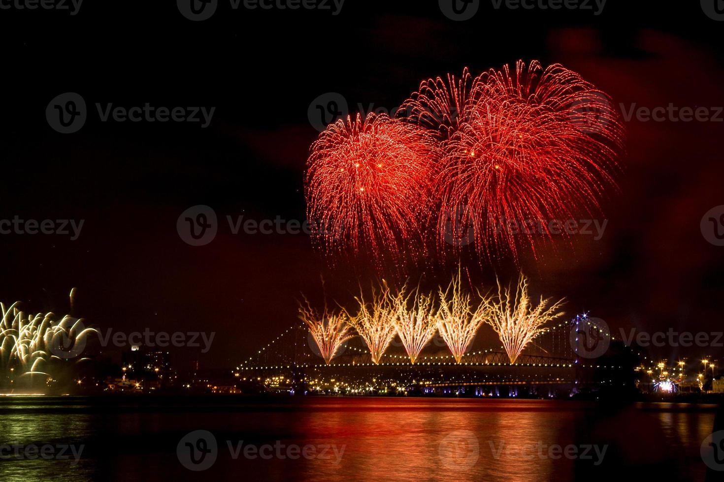 nyår bro fyrverkerier foto