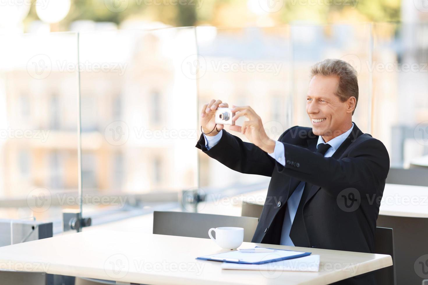 stilig affärsman som sitter vid bordet foto