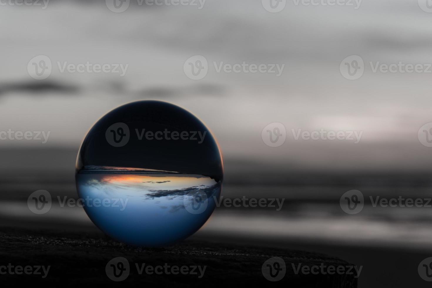 solnedgång med kristallkula foto