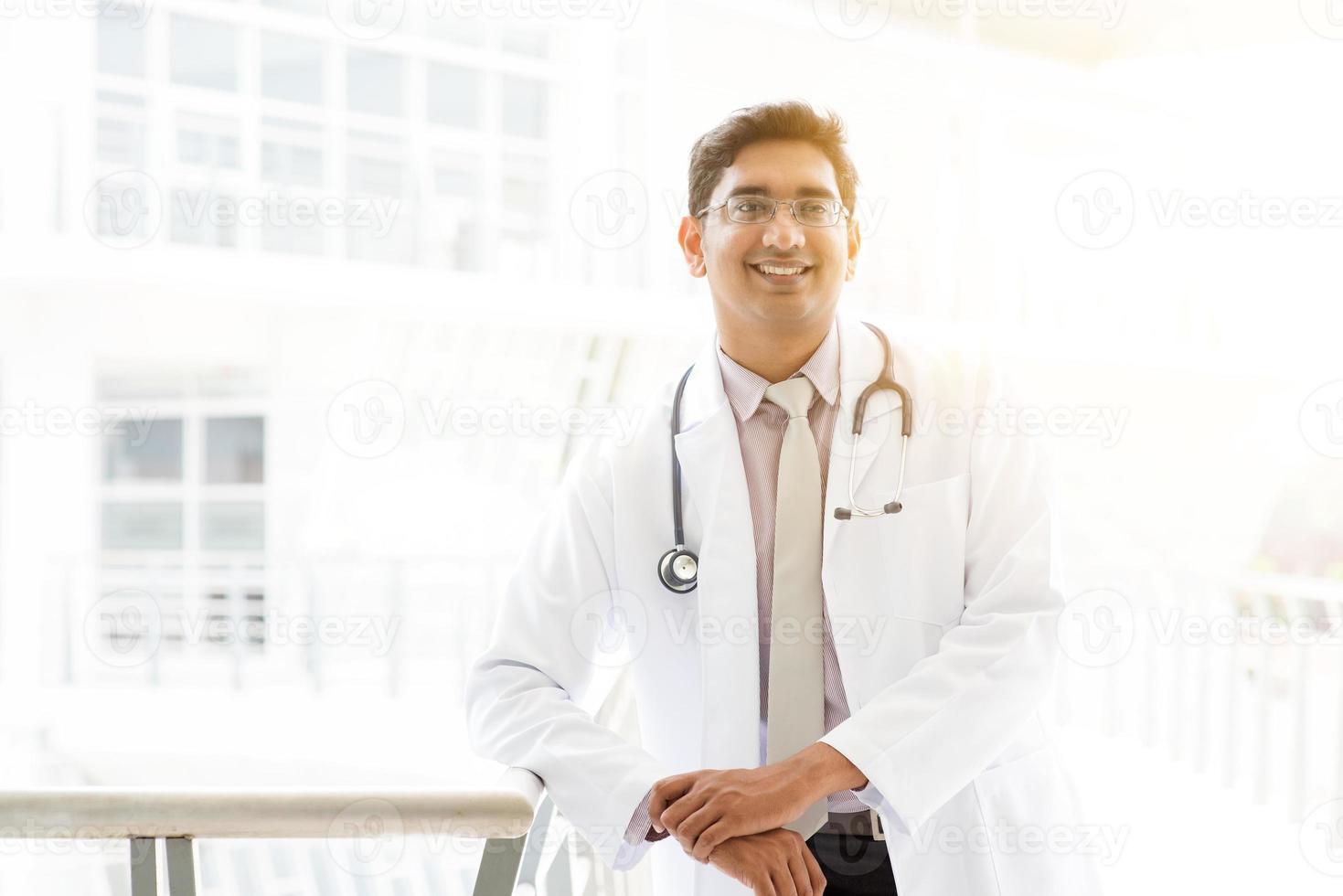 asiatisk indisk läkare på sjukhus foto