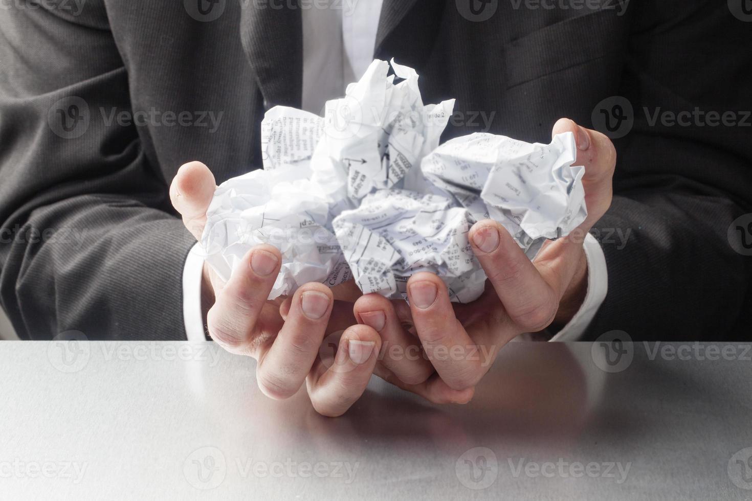 stressad affärsman med pappersarbete foto