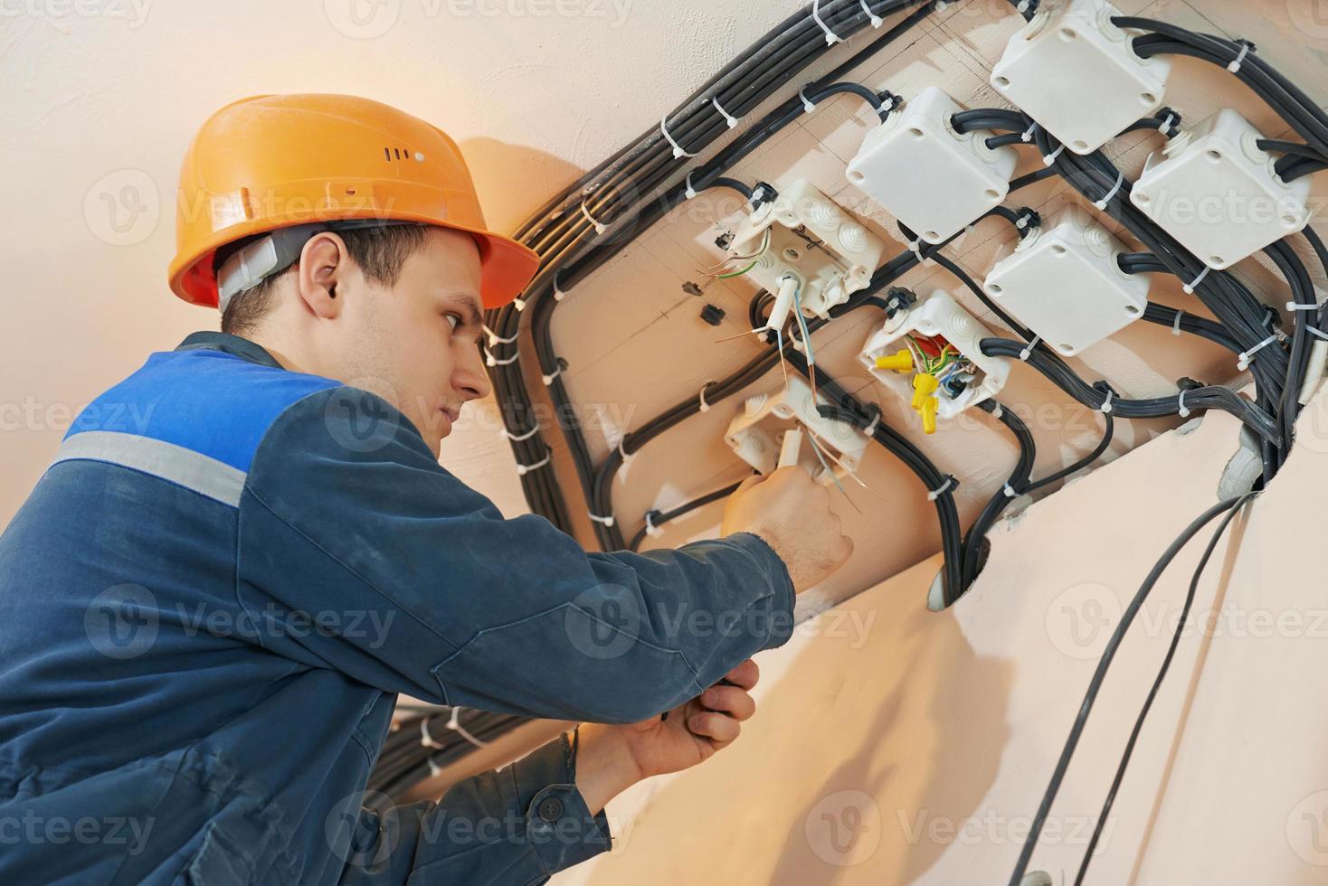elektriker arbetar med elektriskt nätverk foto