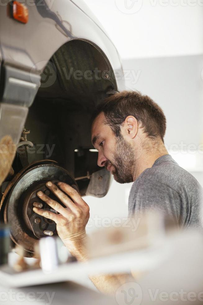 bilmekaniker som reparerar bil foto