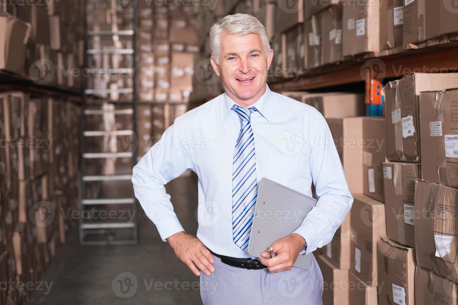 leende lagerchef tittar på kameran foto