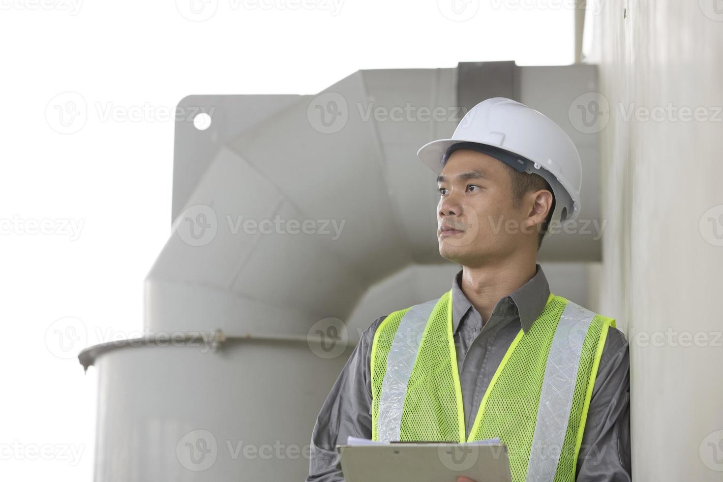 asiatisk industriell ingenjör på jobbet foto