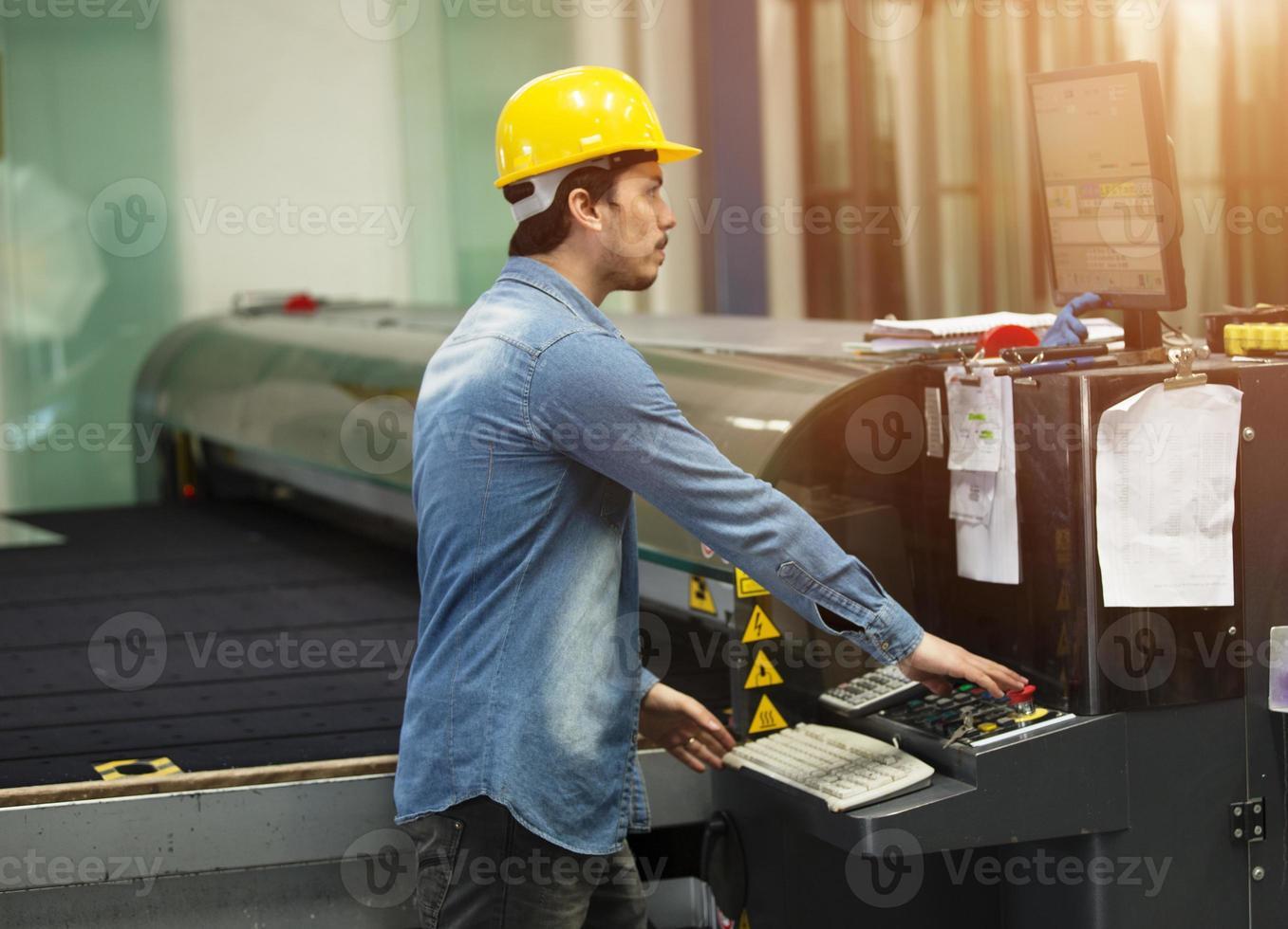 maskinoperatör som arbetar på fabriken foto