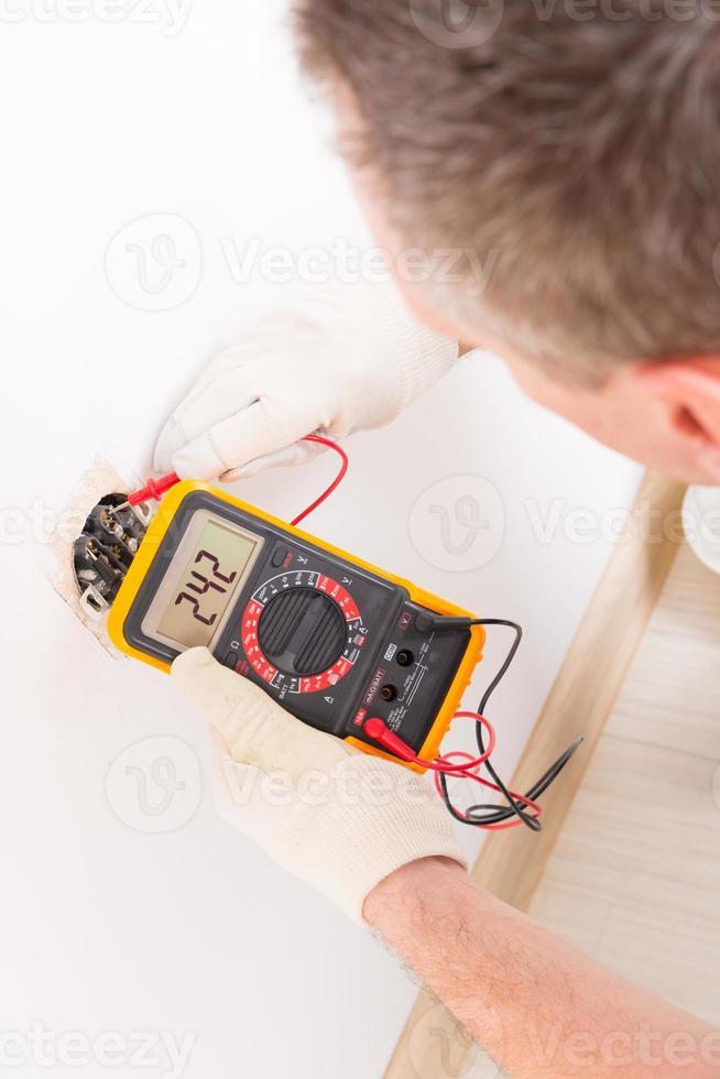 elektriker kontrollera uttaget foto