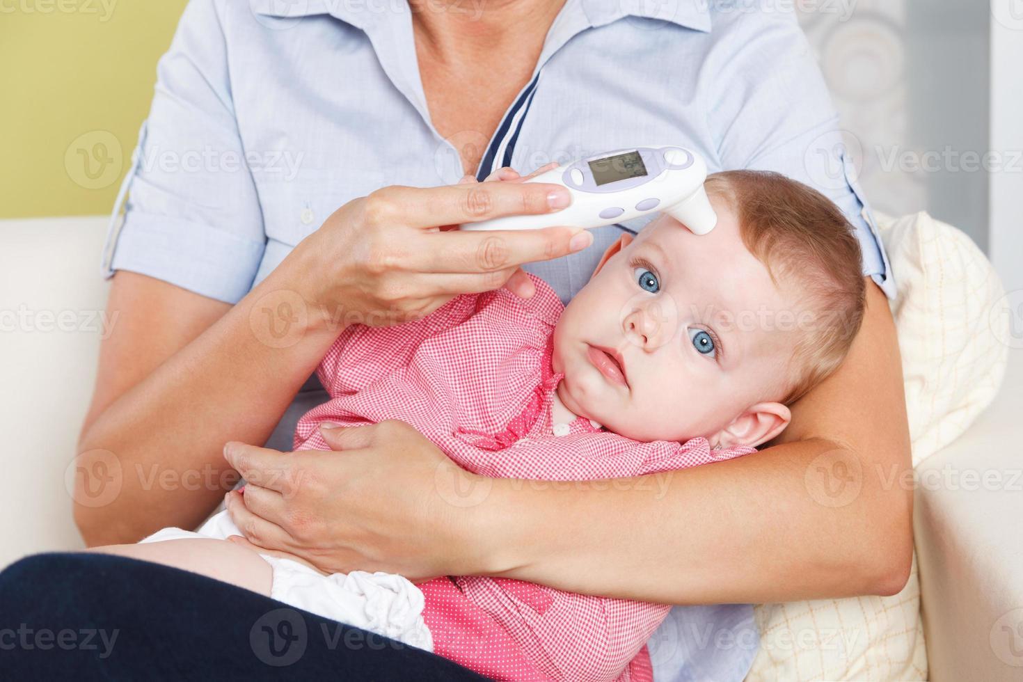 baby och digital termometer foto