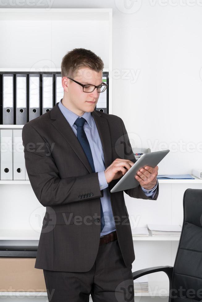 ung affärsman använder en surfplatta foto