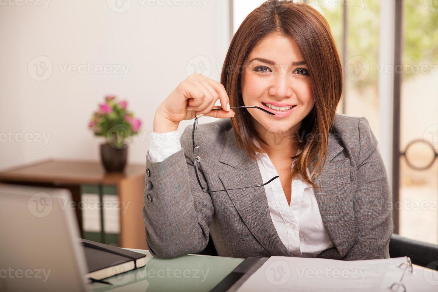 vacker affärskvinna på jobbet foto